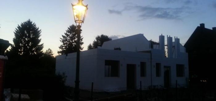 Haus bei Nacht mit Gaslaterne